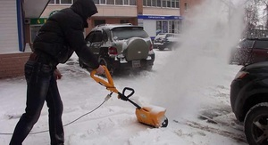Преимущества и недостатки снегоуборочных электролопат
