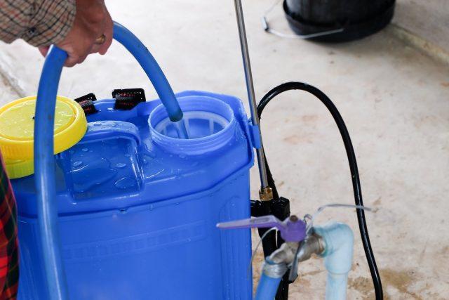 Лучший вариант использовать для обработок современные бензиновые или электрические опрыскиватели