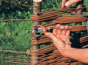Как изготовить забор из прутьев