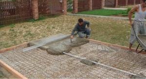 Укладка тротуарной плитки на бетон производится силами специалистов.