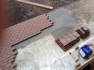 Укладка тротуарной плитки должна производиться очень аккуратно.